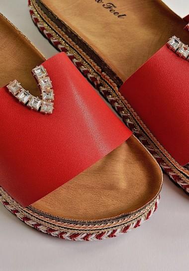 Czerwone klapki na platformie z cyrkoniami