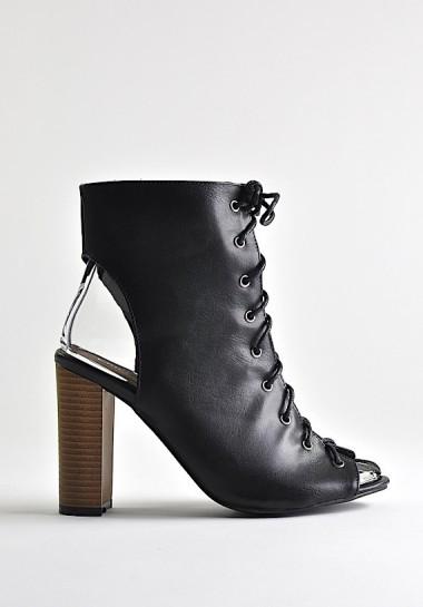 Czarne botki na słupku wiązane z przodu