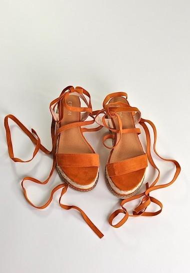 Sandały wiązane w kostce na platformie