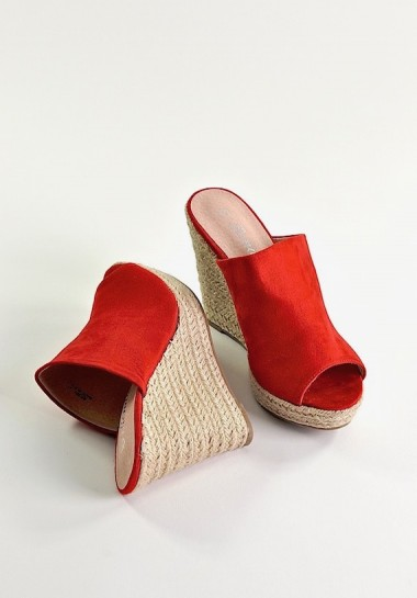 Czerwone damskie klapki na koturnie