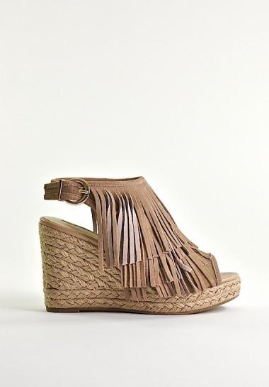 Sandały damskie na koturnie z frędzlami