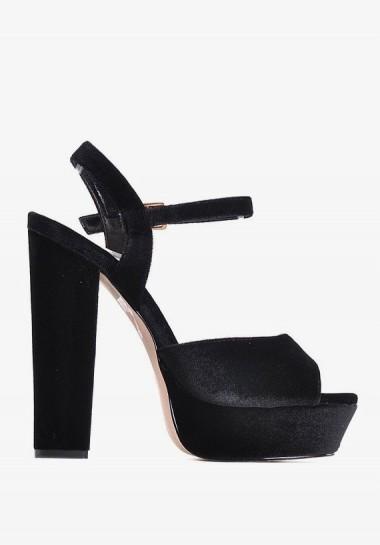 Czarne welurowe sandały na platformie