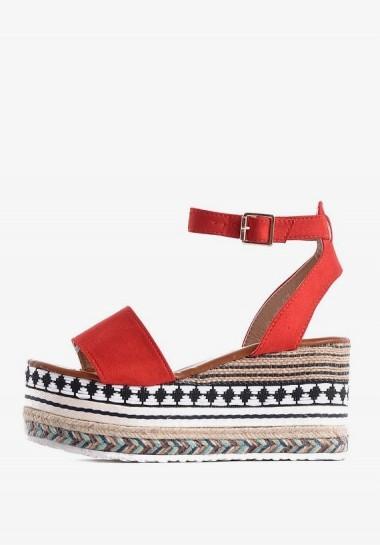 Czerwone sandały na koturnie