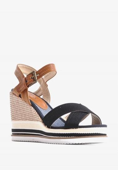 Klasyczne sandały na koturnie