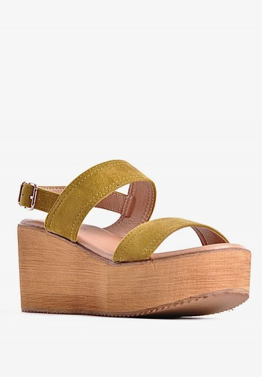 Zamszowe sandały na koturnie