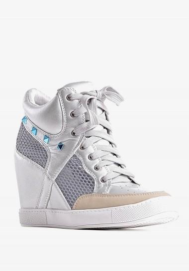 Sneakersy na koturnie białe