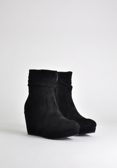 Zamszowe buty na koturnie czarne
