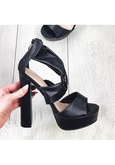 Czarne wysokie sandały na słupku