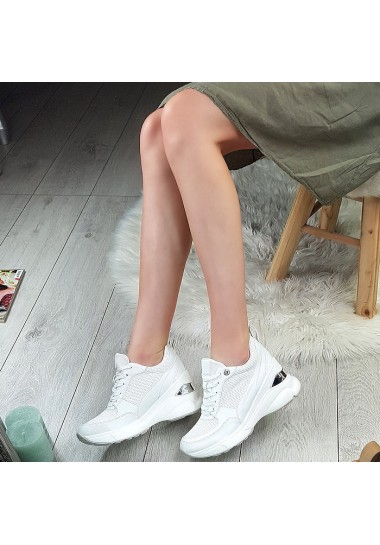 Białe sneakersy lekkie z siatką na koturnie