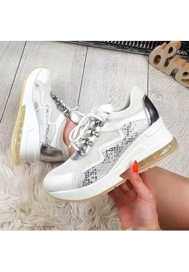 Białe adidasy z wężowymi dodatkami koturny